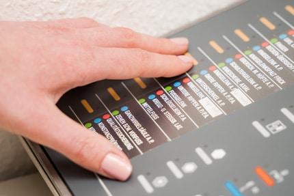 Hand auf Bildschirm - Auswahl der Einstellungen für die Röntgenaufnahme