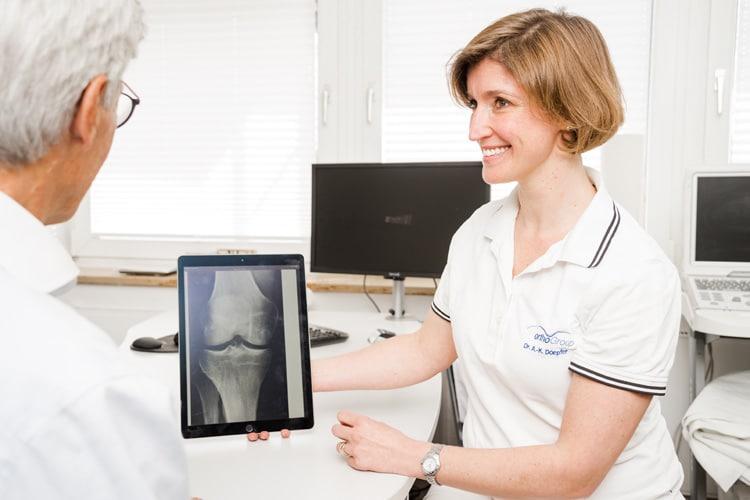 Frau Dr. Doepfer zeigt dem Patienten das Röntgenbild