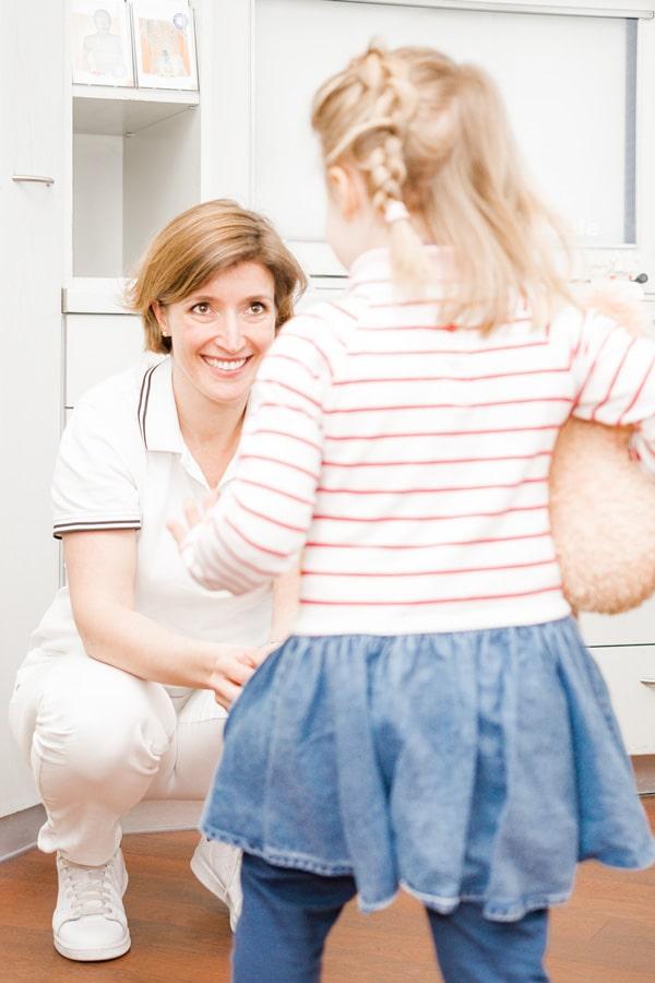 Frau Dr. Doepfer untersucht das Gangbild eines Mädchens, das auf sie zugeht.