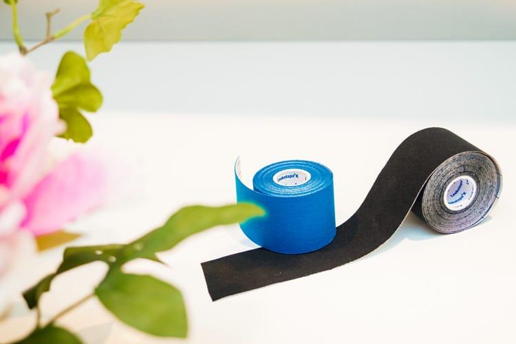 Blaues und schwarzes Kinesio-Tape auf einem Tisch