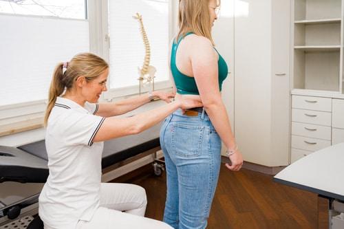Frau Dr. Meißner beurteilt eine Beinlängendifferenz und einen Beckengeradstand.