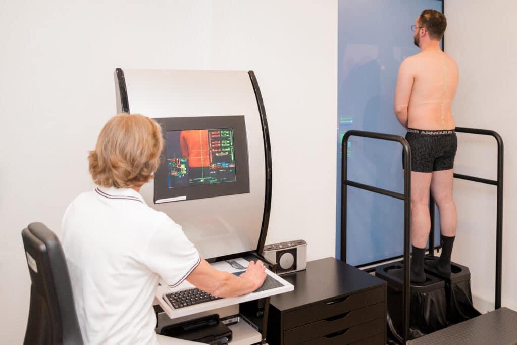 Frau Dr. Roderfeld kontrolliert die 3-D-Vermessung eines Patienten am Bildschirm, der im Gerät steht.